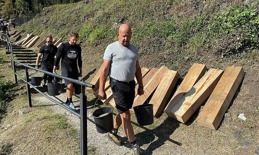 Es wurden 18 Kubikmeter Schotter sowie 150 Lärchenpfosten wurden transportiert