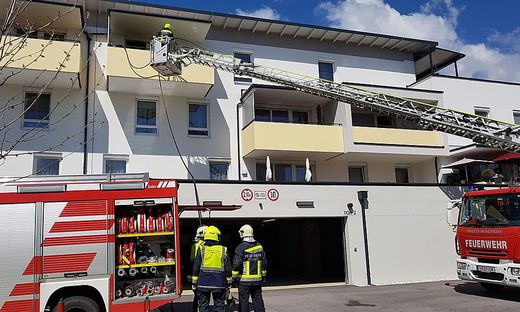 Über die Drehleiter gelangten die Feuerwehrleute in den 3. Stock