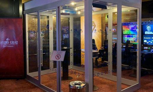 Musste weichen: Die Raucherbox vor dem Casino