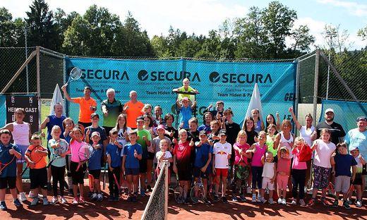 Die jungen Tennisspieler mit den Verantwortlichen am Tennisplatz in St. Stefan ob Stainz