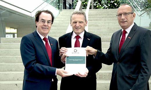 Saubermacher Aufsichtsratsvorsitzender Hans Roth, Robert Maierhofer und Saubermacher Vorstand Gerhard Ziehenberger mit dem GRESB-Detailbericht