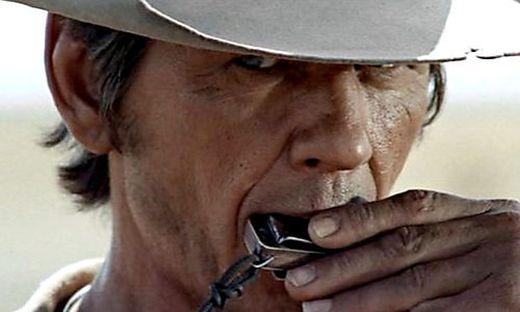 Charles Bronson als Mundharmonika-Spieler