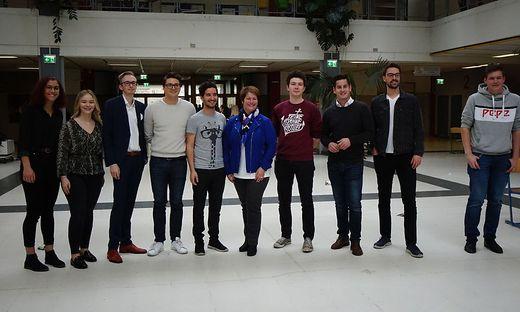 Niko Swatek (Neos), Simon Gostentschnigg (KPÖ), Maria Skazel (ÖVP), Felix Schmid (SPÖ), Georg Schwarzl (Grüne) und Gerhard Hirschmann (FPÖ) mit den Landesschülervertretern