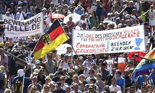 Knapp 20.00 Demonstranten zählte die Polizei in Berlin. Es gab auch Gegenproteste – mit Maske