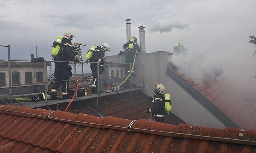 Die Feuerwehr versuchte den Großbrand einzudämmen