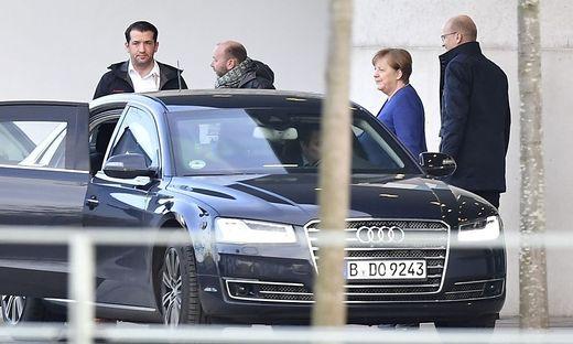 Kanzlerin Merkel verlässt zufrieden den Koalitionsausschuss