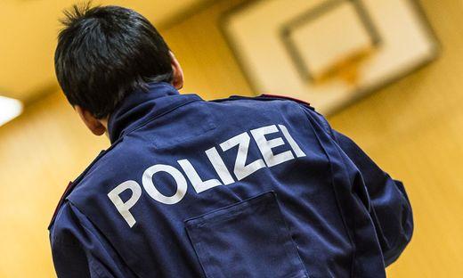 Hodenquetschung und Kopfschlag: Polizist und Polizistin verletzt