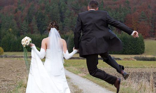 In den Hafen der Ehe wandern: Nach einer Wanderung folgt das gemeinsame Jawort der Paare