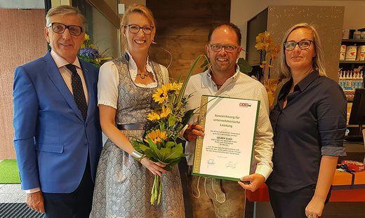 Josef Herk (l.) und Martina Romen-Kierner (r.) zeichneten Martina und Markus Gruber im Namen der Wirtschaftskammer aus