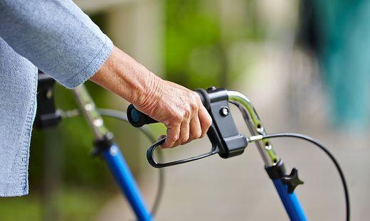 Haende eines Senioren am Rollator