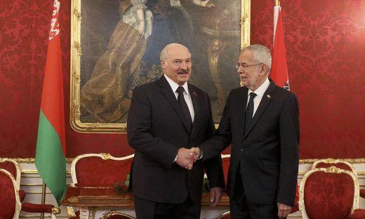 Alexander Van der Bellen beim Handshake mit Alexander Lukaschenko in der Hofburg