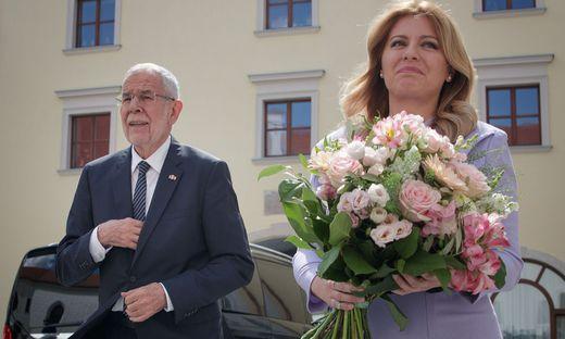 Van der Bellen zu Besuch bei Zuzana Äaputová - da durfte ein  Strauß Blumen nicht fehlen