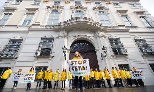 Protest: Greenpeace blockiert das Kanzleramt
