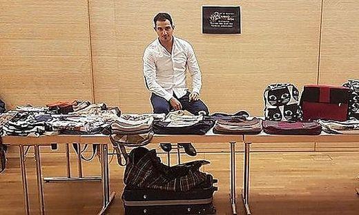 Beim Kunsthandwerksmarkt in Welzenegg verkauft auch Ahmad Ibish seine selbstgenähten Handtaschen.