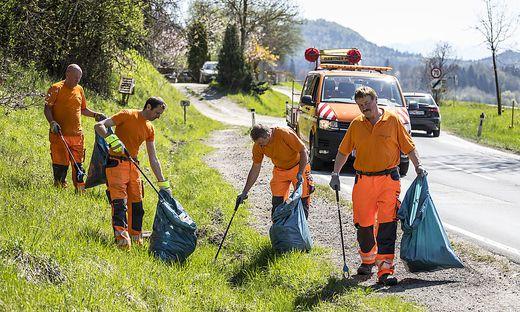 Mitarbeiter der Straßenmeisterei St. Veit beim Frühjahrsputz in St. Donat