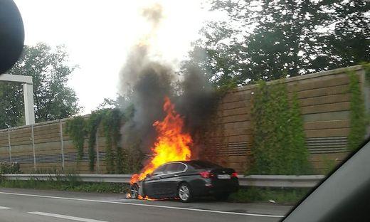 Brennendes Auto auf der Südautobahn