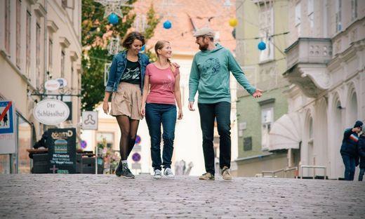 Das Apflbutzn-Trio mit Shirts aus der eigenen Kollektion
