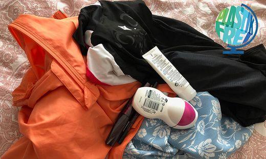 Ein Blick in den Kasten reicht: Massenhaft Plastik, versteckt in Kleidung und Kosmetik