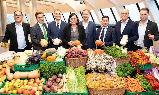 Ministerin Köstinger mit Vertretern des Lebensmittelhandels