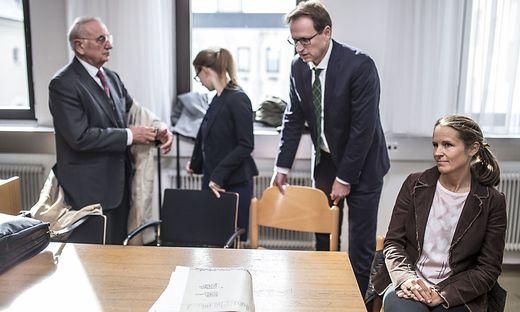 Cornelia Mathis-Haider mit den Anwälten der Familie Haider bei Prozessauftakt am Montag