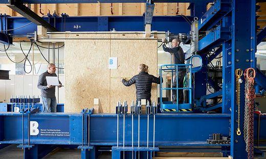 Ein Holzrahmenelement wird für einen Versuch in den Prüfstand an der BFH-AHB in Biel eingespannt