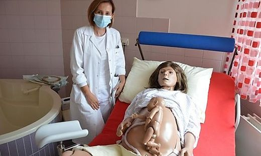 """Sanja Zuljevic mit der Geburtssimulationspuppe """"Lucy"""""""