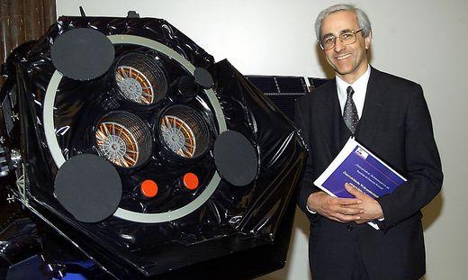 Max Kowatsch und eines von 150 Objekten, für deren Weltraumeinsätze er mitverantwortlich war