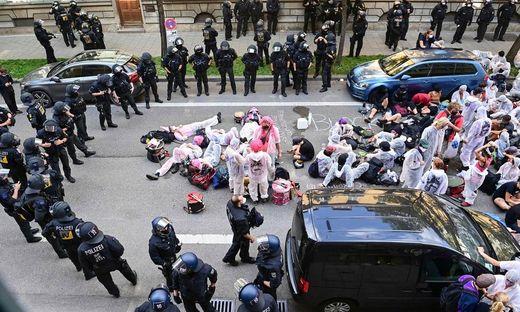 Die Polzei setzte in München auch Schlagstöcke und Pfefferspray gegen die Demonstranten ein