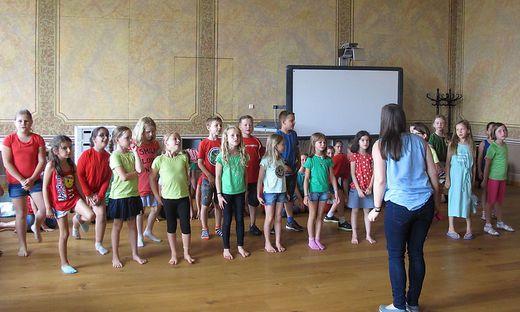 Im Bürgersaal probten die Nachwuchsdarsteller mit den Chorleiterinnen das Musical