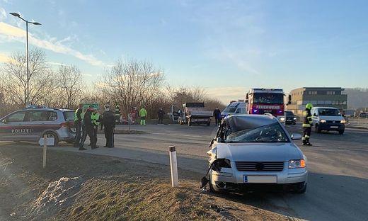 Mittels Seilwinde barg die Feuerwehr die beiden beschädigten Autos