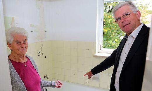 Alois Dolinar mit Mieterin Rosemarie Pletschko. Sie wohnt seit über 50 Jahren in der städtischen Wohnung in der Ferlacher Zeile.