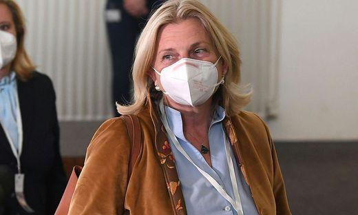 Ex-Außenministerin Kneissl bei ihrer Ankunft im U-Ausschuss