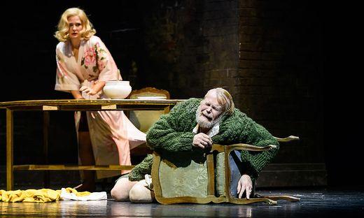 Svetlana Sozdateleva als Katerina und Gleb Nikolsky als ihr Schwiegervater