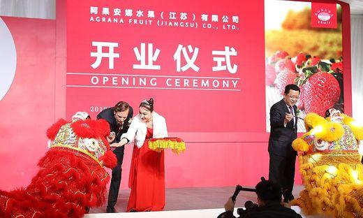 Agrana-Vorstand Stephan Büttner und Chun Ding, Bürgermeister von Changzhou, bemahlen chinesiche Drachen - ein Glückssymbol