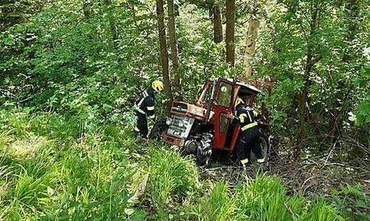 Der Traktor wurde von den Kameraden der Feuerwehr geborgen