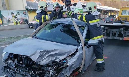 Die Feuerwehr barg das Unfallauto mit einem Kran