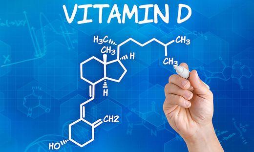 Hand zeichnet chemische Strukturformel von Vitamin D
