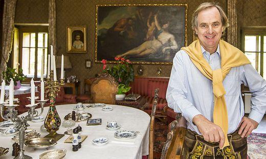 Pereira-Arnstein vermietet Zimmer und Appartements. Im Wohnzimmer (Bild) frühstücken seine Gäste stilvoll