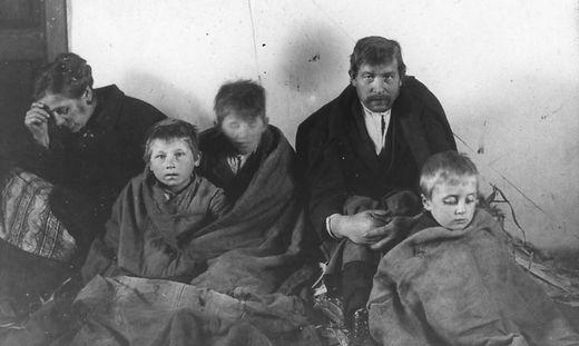 Die Armut war grenzenlos. Im Bild eine Familie in der Grazer Schönausiedlung
