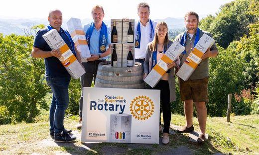Bostjan Protner, Dietmar Silly, Volkmar Pötsch, Anna Gamser und Stefan Germuth mit dem neuen Grenzstein-Wein