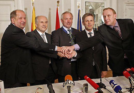 Besiegelten auch mit Handschlag die Ortstafellösung: Sturm, Inzko, Dörfler, Ostermayer, Sadovnik