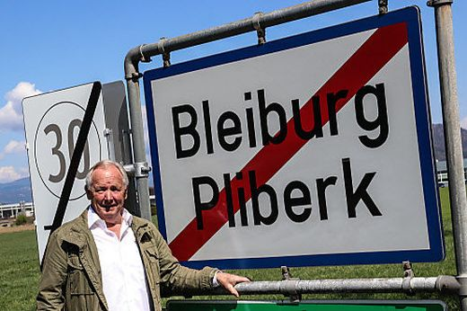 Zehn Jahre später: Gerhard Dörfler 2021 vor der Ortstafel von Bleiburg/Pliberk