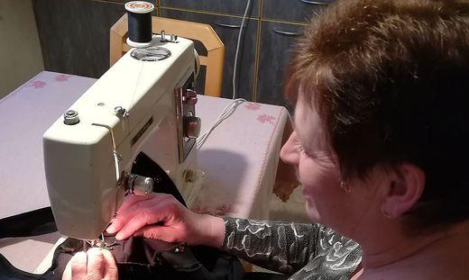 Maria Kaufmann hat vor 42 Jahren zur Firmung eine Nähmaschine bekommen. Sie ist noch immer in Verwendung