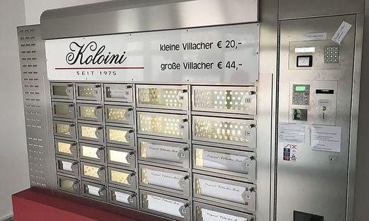 Beim Tortenautomaten der Konditorei Koloini kann man rund um die Uhr Villacher Torte kaufen.
