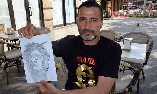 Davor Dragicevic, der Vater des Toten, mit einem gezeichneten Porträt seines Sohnes