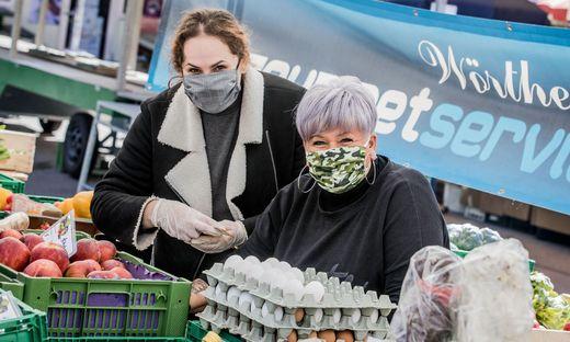 Christine Kühberger und Vanessa Lohmann schützten sich durch selbstgenähte Masken