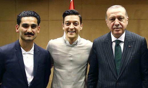 Die deutschen Teamspieler Ilkay Gündogan und Mesut Özil haben sich mit dem türkischen Präsidenten Recep Tayyip Erdogan (von links) getroffen und für Unmut gesorgt