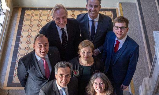 Die Grazer Stadtregierung (von vorne links): Bürgermeister Siegfried Nagl (ÖVP), Elke Kahr (KPÖ), Vizebürgermeister Mario Eustacchio (FP), Judith Schwentner (Grüne), Robert Krotzer (KP), Günter Riegler und Kurt Hohensinner (beide VP)