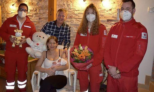 Manuel Möderndorfer (links) mit seinen Kollegen und den frisch gebackenen Eltern mit der süßen Laura