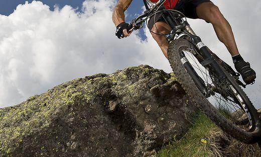 Der Mann fuhr über einen losen Stein (Sujetbild)